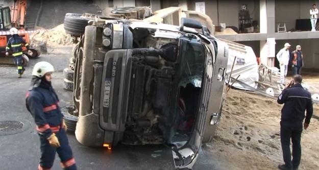 Kağıthane'de hafriyat kamyonu devrildi