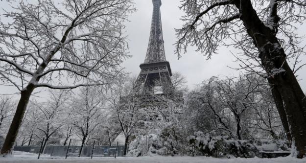 Eyfel Kulesi kar tatilinde
