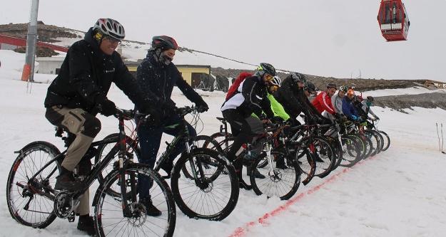 Bisiklet tutkunları Erciyes'te kar üzerinde pedal basacak
