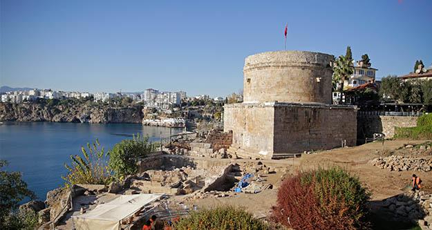 Hıdırlık Kulesi'nde arkeolojik kazı çalışmaları devam ediyor