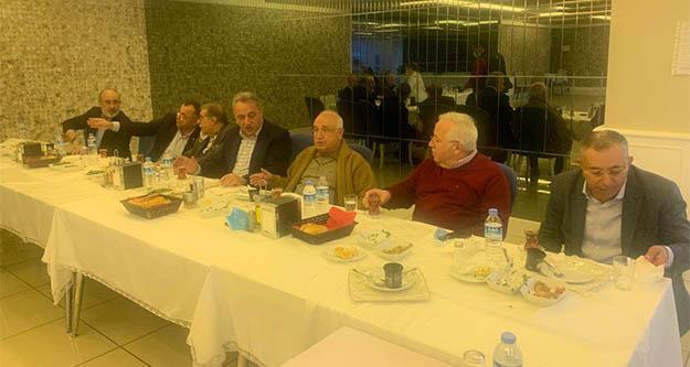 Salgında AKP'liler için yasak yok, maskesiz mesafesiz yemekte buluştular