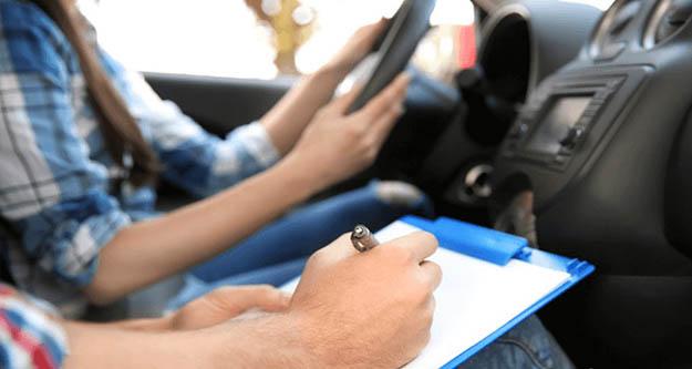 Sürücü kurslarında yeni dönem kafa karıştırdı: Aynı araçta 4 kişi sınava nasıl girecek?