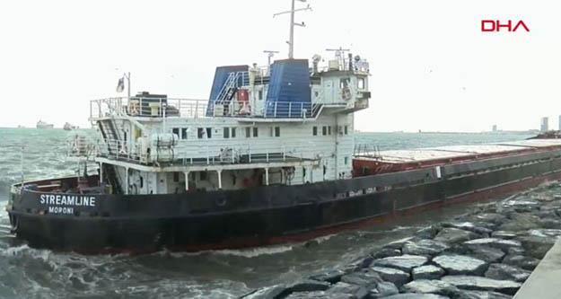 Zeytinburnu'nda gemi kıyıya sürüklendi