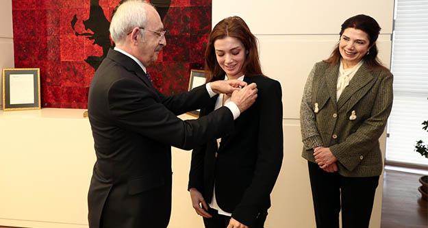 Ahmet Taner Kışlalı'nın eşi ve kızı CHP'ye üye oldu
