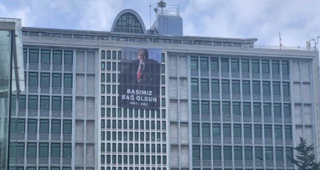 İBB binasına Kadir Topbaş'ın afişi asıldı: Başımız sağ olsun