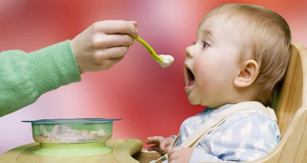 Bebeğinizi ek gıdaya geçirme yöntemleri