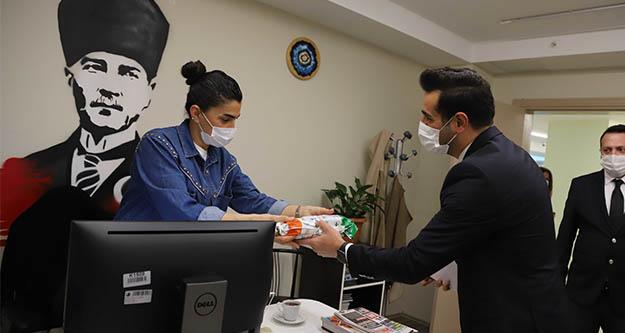 İBB Başkanı İmamoğlu'ndan kadın personele anlamlı hediye