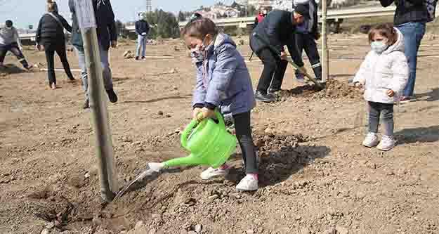 Karşıyaka'da  250 adet fidan toprakla buluştu