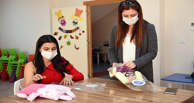 Seyhan'da kröş öğretmenleri oyuncak üretiyor