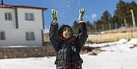 Mersin'de özel gereksinimli çocuklara kar sürprizi