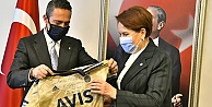 Ali Koç'tan Meral Akşener'e imzalı fenarbahçe forması