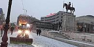 Başkent'e mevsimin ilk karı düştü