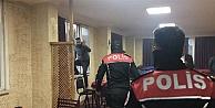 Polis baskın yaptı, ceza ödememek için camdan atladılar