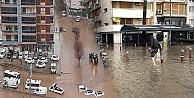 İzmir'de sağnak yağmur felaketi hayatı felç etti