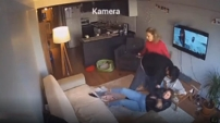 Kadını tekme tokat dövdü